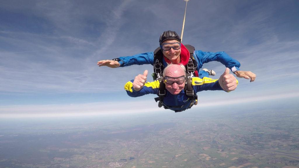Blinde Theo Lindenboom (92) maakt parachutesprong
